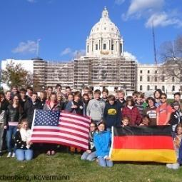 Schülerinnen und Schüler sowie Lehrkräfte der Realschule am Buchenberg und der Twin Cities German Immersion School vor dem Minnesota State Capitol in Saint Paul